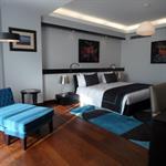 Chambre moderne avec coin salon et bureau