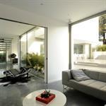 Salon ouvert sur entrée et terrasse extérieure