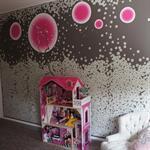 Un pan de mur comme élément central de cette chambre de petite fille