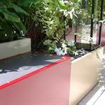 Jardinières et petite table rouge sur un balcon