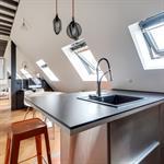 Grande pièce à vivre en soupente avec cuisine et salon