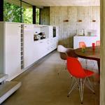 Long meuble surmonté de baies dans la salle à manger