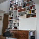 Grande bibliothèque encastrée