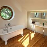 La baignoire et le plan de toilette sont posés comme des meubles