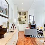 Pièce à vivre avec mélange de styles pour un look contemporain
