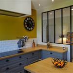 Une verrière apporte un supplément de lumière dans la cuisine