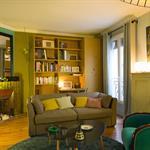 Petit salon coloré avec cheminée