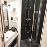 Petite salle d'eau avec douche et lavabo