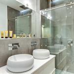 Salle de bain avec double vasque et grande douche