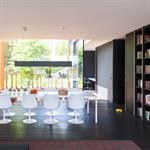 Salle à manger contemporaine avec parquet de chêne sombre et rangements
