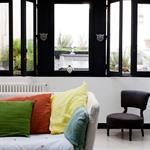 Vue sur le salon avec fenêtre noire