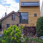 Maison en bois contemporaine avec jardin