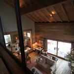 Salon cosy ambiance chalet vu depuis la mezzanine