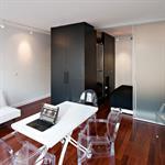 Studio avec plateau ouvert noir et blanc avec parquet acajou
