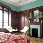 Chambre adultes classique avec cheminée et coin salon