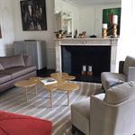 Aménagement d'un salon contemporain dans un appartement ancien - vue globale