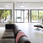 Grand salon moderne et lumineux