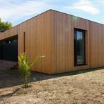 Murs extérieurs lambrissés d'une habitation moderne