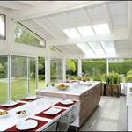 Omniprésence de la nature dans cette pièce entourée de baies vitrée