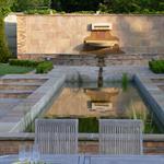 Bassin de jardin aux lignes géométriques intégré dans un jardin avec décrochés
