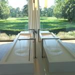 Salle de bains avec miroir donnant sur verger