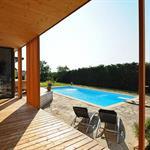 Piscine intégrée dans une terrasse dallée