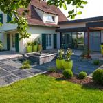 Maison moderne avec terrasse et pelouse