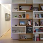 Bibliothèque sur mesure avec volumes géométriques blancs et bois