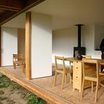 La cloison coulissante permet d'ouvrir la pièce complètement sur le jardin