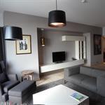 Salon moderne à dominante de gris