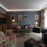Salon avec plafond blanc et murs cendre