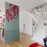 L'escalier blanc tranche avec les couleurs murales
