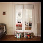 Décoration d'une chambre d'enfant avec porte vitrée donnant sur le salon