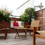 Terrasse de ville en bois avec jardinières et banc intégrés