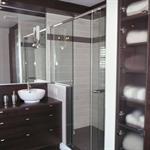 Salle de bain avec meuble double vasque en bois