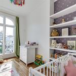 Chambre bébé moderne dans un décor haussmannien