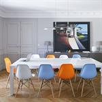 Salle à manger avec chaises Eames multicolores