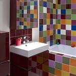 Patchwork de faïence colorée et meubles aubergine