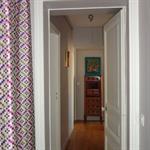 Couloir avec parquet reliant les différentes pièces de l'appartement