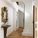 L'entrée donne sur un bel escalier sur voûte sarrazine