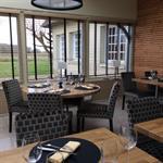 Salle de restaurant moderne en briques