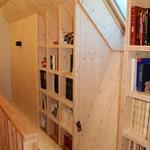 Bibliothèque à l'arrivée d'escalier