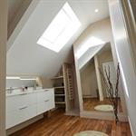 Agencement et aménagement d'une salle d'eau mansardée sous les toits