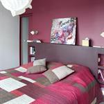 Chambre moderne dans les tons violets