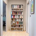 Couloir bibliothèque avec tapis persan