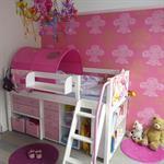 Chambre d'enfant avec lit mezzanine et rangement en dessous