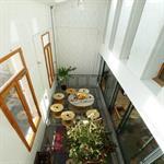Serre bioclimatique avec terrasse intérieure en caillebotis métallique