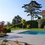 Terrasse de piscine en carrelage gris anthracite