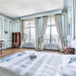 Chambre classique avec moulure dans les tons bleus