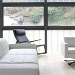 Salon avec canapé et fauteuil en cuir blanc